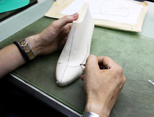 木型にデザインペーパーを貼り、<br /> 靴のアウトラインを描きます。