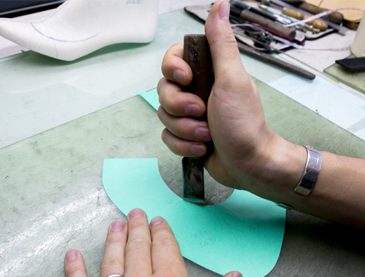 靴のラインにあわせ、<br /> それぞれのパーツの紙型をつくります。