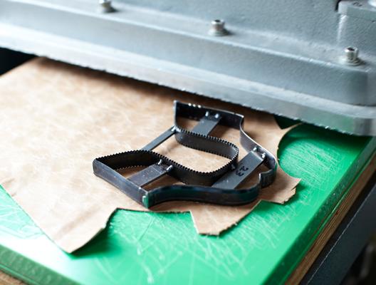 刃型を利用して裁断機を使う方法もあります。