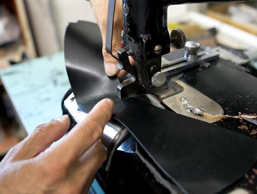 革漉きの作業。革の縁の部分を薄くそぐことで、折り込み作業などをしやすくします。