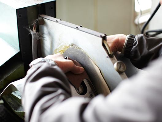 革の甲部にそりをつけるには<br /> クリッピング機を使用。