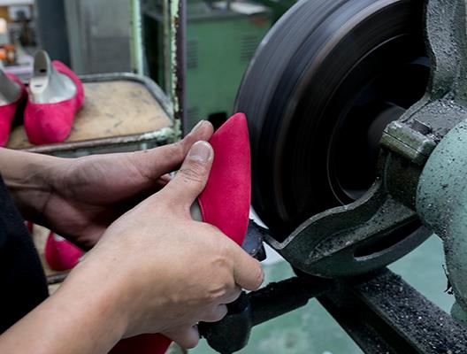 ソールバンディング機で底の革をけずり、底面を平らにします。
