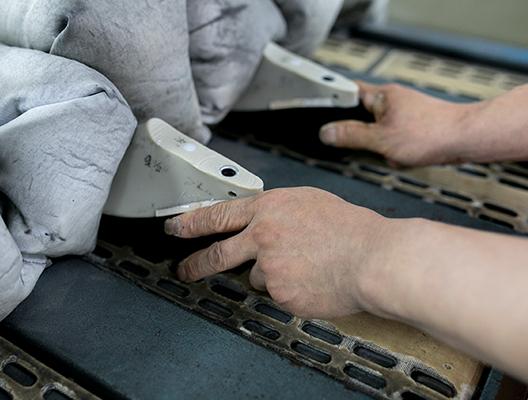 約100℃のヒートセッターに通して、革の水分を飛ばし、しわなどをきれいに伸ばします。