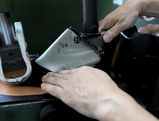本底圧着機で、靴底をしっかり固定させます。