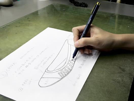 デザイン画の作成。<br /> 打ち合わせを重ねて、新しい靴のイメージを完成させます。